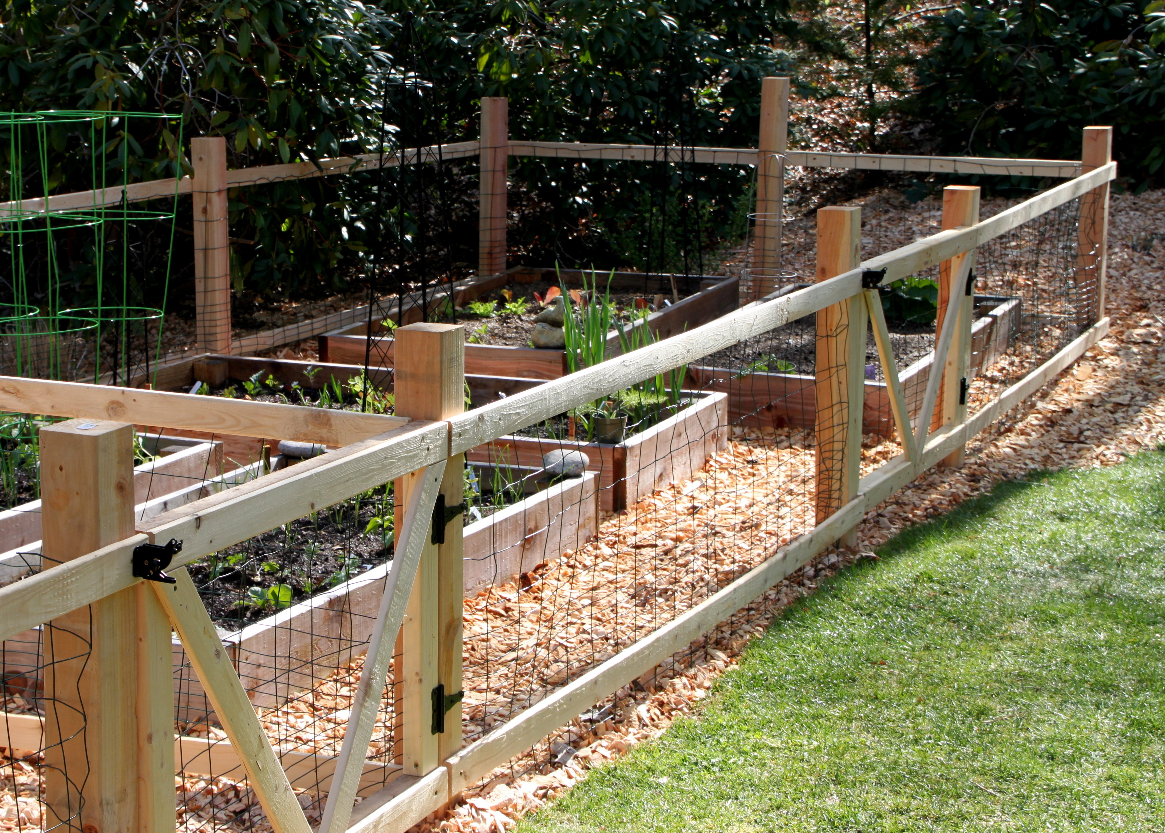 A simple garden fence tilly 39 s nest for Decorative vegetable garden fencing